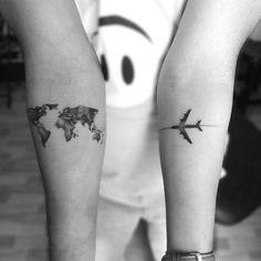 tatuagem de mapa e avião