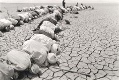 Sebastiao Salgado Mali (men kneeling in desert) 1985 - Pinundpin - Bilder für Sie Documentary Photographers, Famous Photographers, Photography For Sale, Street Photography, Inspiration Artistique, Photo Report, Portraits, Photojournalism, Amazing Nature