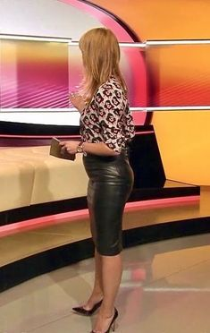 Sexy is, when she wears a leather skirt! Lovely Ladies in Leather: Miscellaneous Leather Leathe Black Leather Skirts, Leather Dresses, Leather Pants, Shiny Leggings, Girls Wear, Celebrity Weddings, Pencil Skirts, Celebrities, Lady