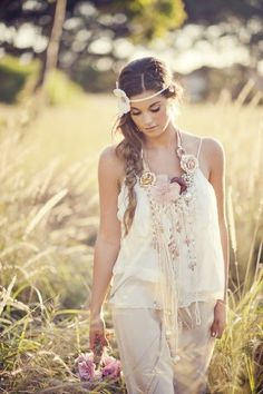 Romantic boho: white lace and flowers