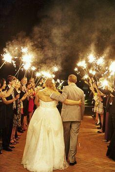 Las bengalas son una opción fascinante para las bodas de noche.