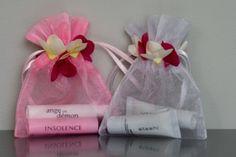 Organzazakjes met rand rozenblaadjes. Leverbaar in 2 maten in de kleuren wit en roze op www.organzastore.nl