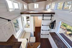 Banheiro e cozinha gigantes chamam atenção nesta casa minúscula