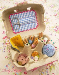 Egg Carton Sewing Box: Sweet idea to craft a sewing kit gift for a child or beginning seamstress. I would paint and decoupage the egg carton. Sewing Hacks, Sewing Crafts, Sewing Projects, Diy Projects, Sewing Kits, Diy And Crafts, Crafts For Kids, Arts And Crafts, Recycled Crafts