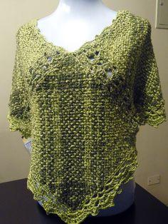ponchos en telar cuadrado - Buscar con Google Pin Weaving, Loom Weaving, Crotchet Patterns, Weaving Patterns, Diy Shirt, Loom Knitting, Clothing Patterns, Crochet Top, Fabric