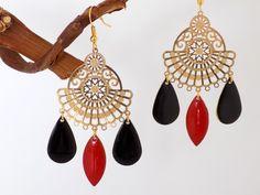 Boucles dorées médaillon éventail gouttes émaillées noir rouge Bijoux Design, Creations, Drop Earrings, Jewelry, Drop Earring, Gout, Fantasy, Beads, Boucle D'oreille