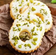 Zitronenplätzchen Christmas time is cookie time, no question! But if you fancy cookies in summer, you should try this recipe for lemon cookies! Easy Smoothie Recipes, Easy Smoothies, Healthy Dessert Recipes, Cookie Recipes, Lemon Desserts, Lemon Recipes, Summer Recipes, Galletas Cookies, Fancy Cookies
