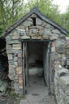 Victorian water closet in back garden of house. Outside Toilet, Outdoor Toilet, Abandoned Houses, Old Houses, Outhouse Bathroom, Old Cabins, Outdoor Bathrooms, Composting Toilet, Old Buildings