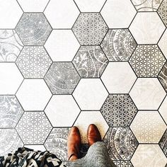 hexagon tile In conjunction with the W&D Renovates series, Wit & Delight provides a visual overview of cement tile, used as both flooring and in unexpected places. Deco Design, Tile Design, Floor Design, Paving Design, Design Design, Wit And Delight, Sweet Home, Hexagon Tiles, Hex Tile