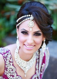 Wedding hairstyles and bridal hair looks for your Indian wedding. Indian Bridal Makeup, Asian Bridal, Bridal Hair And Makeup, Wedding Makeup, Most Beautiful Dresses, Beautiful Bride, Beautiful Clothes, Mehndi, Fashion Trends 2018