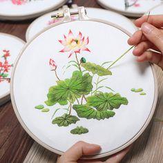 Vivid Flowers DIY Embroidery Kit Printed Pattern Linen Hoop Art Home Wall Decor Gift Diy Embroidery Kit, Chinese Embroidery, Hand Embroidery Tutorial, Modern Embroidery, Embroidery For Beginners, Hand Embroidery Designs, Embroidery Patterns, Flower Embroidery, Diy Broderie