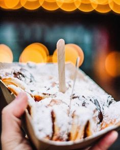 Maiskis! Van Kookista Raatihuoneentorin kulmalla saa herkullisia hollantilaisia minipannukakkuja. Valittavana on joko suolainen tai makea minipannukakkuherkku. Taikina tehdään itse ja pannukakut valmistetaan tilauksesta. Tästä yhdistelmästä syntyy veden kielelle tuova välipala Vanhankaupungin katuja talsiessa. Joko, Camembert Cheese, Dairy, Ice Cream, Desserts, No Churn Ice Cream, Tailgate Desserts, Deserts, Icecream Craft