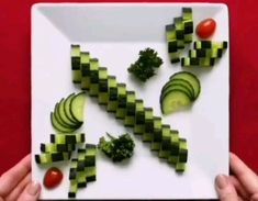 Amazing Food Decoration, Amazing Food Art, Fruit And Vegetable Carving, Veggie Tray, Kreative Snacks, Food Garnishes, Garnishing, Creative Food Art, Food Carving