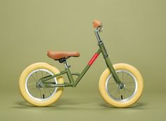 The Veloretti Mini – Screamin' Olive, a stylish balance bike inspired by the Caféracer Screamin'Olive. The Veloretti Balance bikes are the perfect first bicycles for kids aged 2-4. Let your kid discover the world in style with the Veloretti Mini – Screamin' Olive! *The Mini Screamin' Olive will bein stock mid March