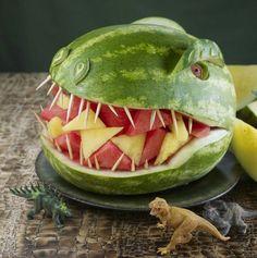 Dinosaurio hecho con sandia y en el interior piña y sandia