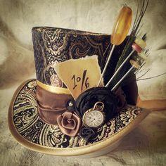 Mad Hatter, Alice in Wonderland, Steampunk Hat, Mini Top Hat, Tea Party… Viktorianischer Steampunk, Steampunk Outfits, Steampunk Design, Steampunk Clothing, Steampunk Fashion, Gothic Fashion, Style Fashion, Fashion Ideas, Victorian Fashion