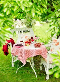 Summer brunch in a picturesque setting.
