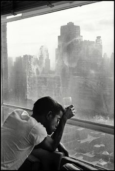 Sammy Davis Jr. looks out of a Manhattan window. New York City, NY, USA. 1959. © Burt Glinn / Magnum Photos