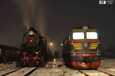Son todo fotografías de trenes en Rusia a su paso por zonas nevadas. Aunque parezca que algunas fotografías sean de otros tiempos, todas ellas han sido tomadas en los últimos años y todos son trenes en activo. Rusia es uno de los países con mas líneas férreas del mundo