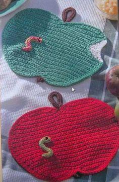 closet for crocheted napkin: مفارش صغيرة في المطبخ.crochet for kitchen Crochet C2c, Crochet Apple, Crochet Food, Crochet Motifs, Easter Crochet, Crochet Kitchen, Crochet Gifts, Filet Crochet, Crochet Doilies