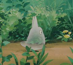 Анимация Маленькое прозрачное существо быстро перебирает ножками по лесной тропинке, аниме Мой сосед Тоторо / My Neighbor Totoro, 1988