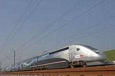 Pour les grandes distances, les trains à grandes vitesses (TGV) concurrencent toujours plus les avions, mais en polluant moins car ils sont électriques. S'il emporte ses voyageurs à une vitesse moyenne de 263 km/h, le TGV a atteint la vitesse record de 574,8 km/h en 2007.