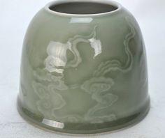 Objet de lettré Rince Brosse de forme cylindrique arrondi à large ouverture et base en couronne en fine porcelaine incisée sous couverte monochrome céladon translucide de nuages auspicieux Tsi. Chine. A la base marque à six caractères de l'Empereur Guang Xu.