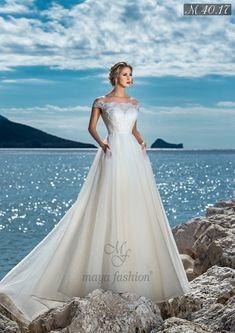 O rochie de mireasa care transmite naturalete si rafinament, acest model impresioneaza prin detaliile care accentueaza talia si armonizeaza croiul. Aplicatiile din dantela cusute manual, braul, spatele transparent si trena bogata creeaza un look elegant si candid. Wedding Ceremony, Wedding Gowns, Elegant Wedding Dress, Fashion 2017, White Dress, Culture, Bride, Model, Corfu