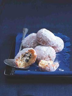 Ricottová náplň přibližuje koblihy k tvarohovým buchtám. Vyzkoušejte ji, nás dostala na první ochutnání! Ricotta, Doughnut, Muffin, Breakfast, Desserts, Food, Morning Coffee, Tailgate Desserts, Deserts