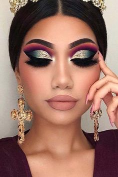 Glitter Cut Crease Prom Makeup Idea ★ Are you searching f. - - Glitter Cut Crease Prom Makeup Idea ★ Are you searching for the trendiest prom makeup ideas to be the real Prom Queen? Hollywood Glamour, Glamour Hollywoodien, Glamour Makeup, Gold Makeup, Eye Makeup Tips, Makeup Tricks, Makeup Inspo, Beauty Makeup, Makeup Ideas