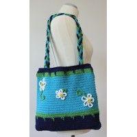 Háčkovaná kabelka v modernej trojfarebnej kombinácii s kvetinovou aplikáciou.