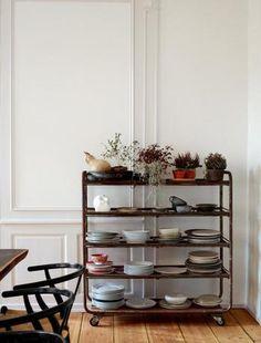 ヴィンテージのシンプルなお皿や、お気に入りのカップを、レトロな雰囲気のキッチンワゴンに。観葉植物や北欧デザインのオブジェを一緒に飾るとお部屋に馴染みます。