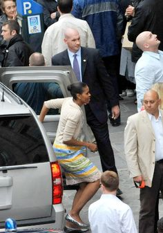 First Lady Michelle Obama arrives at a clothes store to do shopping with her daughters Malia and Sasha on June 7, 2009 in Paris.