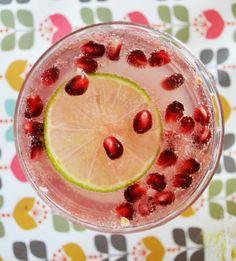 """Le cocktail rosé au pamplemousse et à la grenade d'Aurélie du blog """"J'ai toujours aimé le jaune moutard"""" inspiré du blog """"Cuisine Addict"""". Cocktail Rose, Cocktails, Grenade, Watermelon, Fruit, Food, Mustard, Plate, Yellow"""