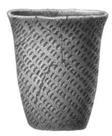 Culture des vases à entonnoir, poterie en provenance d'un dolmen du Västergötland, Suède.— Wikipédia