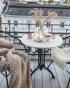 Beautiful white french inspired balcony with Acapulco chairs and cozy wool blank… Beautiful white french inspired balcony with Acapulco chairs and cozy wool blanket. Bohemian interior with a touch of glam. Balcony Chairs, Balcony Furniture, Outdoor Balcony, Outdoor Chairs, Balcony Garden, Retro Furniture, Apartment Balcony Decorating, Apartment Balconies, Interior Decorating