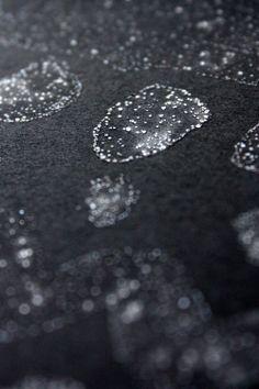 Zaubertinte 1/3 Tasse Wasser + 4 Tl Salz auf schwarzem Papier
