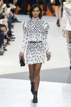 LA désormais célèbre ROBE ;) Défilé Louis Vuitton automne-hiver 2015-2016.| black and white style | mouton blanc et noir