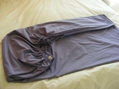 É normal sentir dificuldades na hora de passar um lençol com elástico, mas com estas dicas vai ser muito mais fácil! #roupa #lençol #passarroupa #ferro