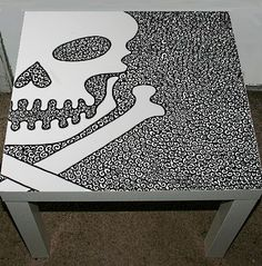 skull table - diy w/inexpensive plastic table and a sharpie Skull Furniture, Hand Painted Furniture, Funky Furniture, Glitter Furniture, Skull Decor, Skull Art, Gothic Home Decor, Gothic House, Skull And Crossbones