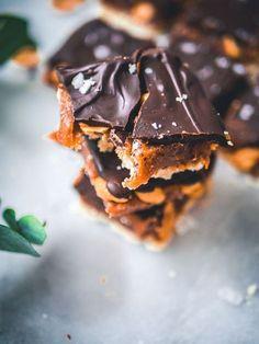 Snickers-raakaneliöt (V, GF) – Viimeistä murua myöten Raw Food Recipes, Sweet Recipes, Cookie Recipes, Dessert Recipes, Vegan Treats, Healthy Treats, Healthy Eating, Raw Peanut Butter, Sugar Free Baking