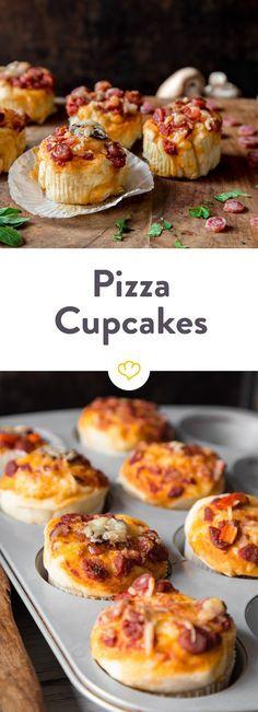 Diese köstlichen Pizza-Cupcakes sind herzhaft statt süß, schmecken nach Pizza statt nach Kuchen und werden mit Mini-Salami. Paprika und Pilzen belegt.