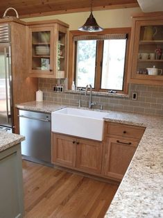 Amazing 33 Stunning Farmhouse Kitchen Cabinets with Natural Wood https://toparchitecture.net/2017/10/31/33-stunning-farmhouse-kitchen-cabinets-natural-wood/