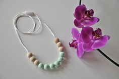 Collar de lactancia MARIA, en mint. Mint teethingnecklace for trendy moms. Natural wood and non toxic silicone beads.