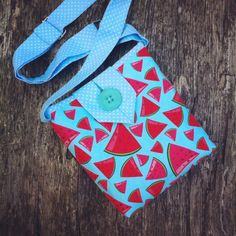 Now, another one, continuing the line of small bags that we love. Check this out HolaLotta Etsy shop  #handbags #fabricpurse