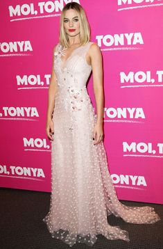 Margot RobbieMARGOT ROBBIE in dress at the premiere of I, Tonya in Paris.Turquoise dress and gold hoops - Margot Robbie and Wolf of Wall StreetTurquoise dress and gold hoops - Margot Robbie and Wolf Margot Robbie Style, Margot Elise Robbie, Margo Robbie, Jane Porter, Sharon Tate, Celebrity Look, Celebrity Dresses, Celeb Style, Pink Gowns