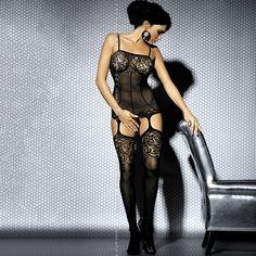 Viste tu cuerpo con la más delicada lencería de la mano de Obsessive Lingerie. El bodystoking L204 negro es todo un acierto. Mientras su parte superior perfila tu figura como un body adornado en pecho con encaje, une las medias con estampado en el muslo con un liguero.