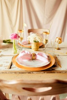 tablesetting tablescape pink and gold, glittered napkin rings vases and flags in wine glasses for place settings gold charger