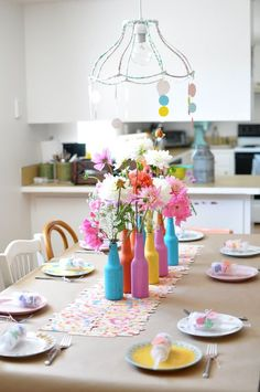 O centro de mesa pode deixar seus jantares mais alegres! Use cores e renove, utilizando as garrafas de bebida que voce já nao usa mais