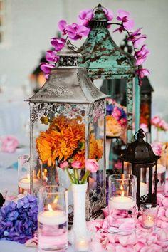 déco mariage bohème chic avec des lanternes de sol en métal et des pétales de fleurs roses